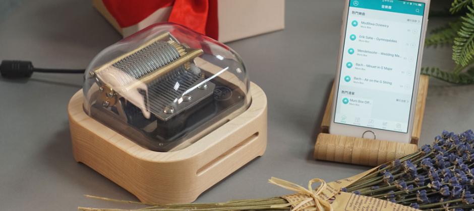 我們是科技新創公司,有完整的工程師團隊,可以自行開發軟硬體與生產,加上台灣與美國群眾募資成功的實戰經驗,已有全球46國的客戶經營與出貨經驗。我們產品是全球首創的智慧音樂盒Muro Box,突破過去200年來音樂盒只能演奏單曲限制,讓一台音樂盒就能演奏無限多首您的專屬回憶歌曲。