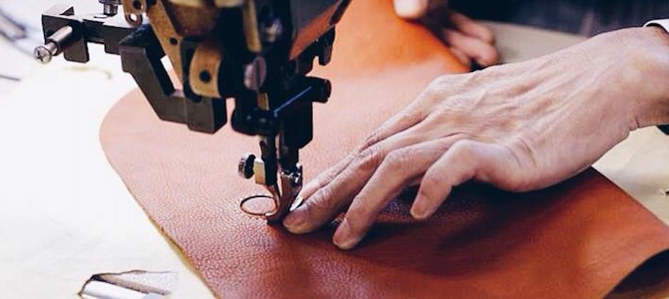 一針一線從職人手中所縫製出來,感受的到細心與信賴感的皮革包