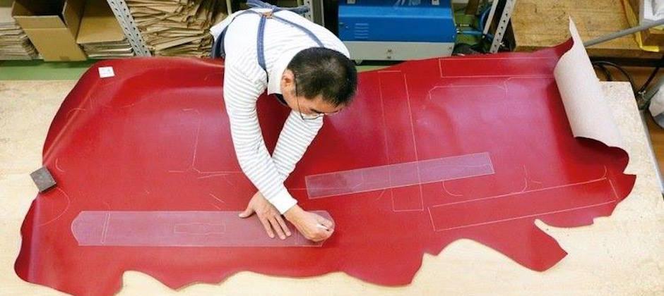 在製造業大量外移與製鞄工法過於繁複等原因之下,土屋鞄製造所仍然盡力堅持著純日本製造,期望為更多使用者帶來良好的使用經驗