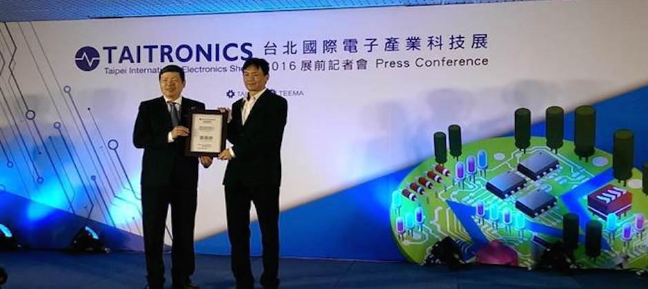 展綠科技的綠能智慧鉤錶,獲得2016台北國際電子科技展電子產品領域項目「創新科技獎」,圖為中華民國對外貿易發展協會副秘書長葉明水(右)頒獎給展綠執行長吳仁作
