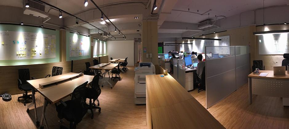 我們的開發團隊都在第二間辦公室,寬敞明亮,整片牆都是敏捷看板!