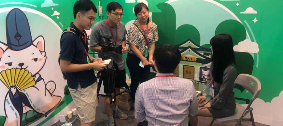 接受大陸新華社電視台採訪