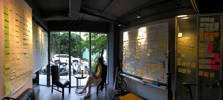 這是我們的戰情室!每天早上團隊都在這邊 Standup Meeting。想要專注時、或是來瓶冰涼的啤酒,這裡也是絕佳的空間。