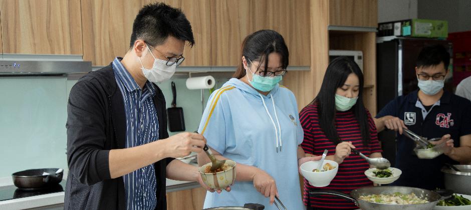每日新鮮有機食材提供,中午大家一起煮飯一起吃健康