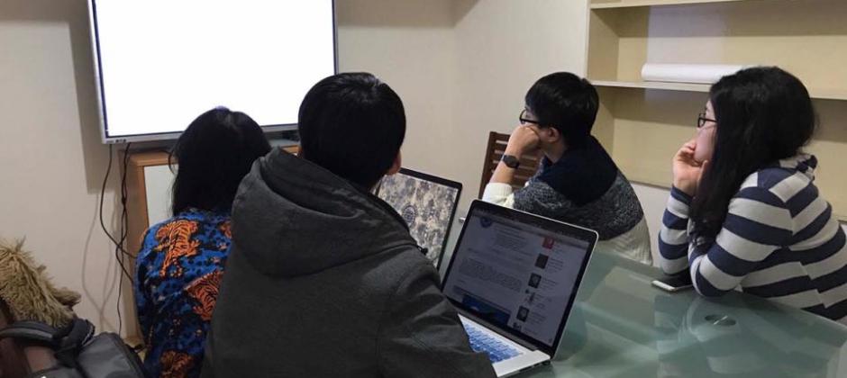 不定期內部會議討論專案方向和進度,除此之外平時每一位夥伴若有什麼想法都可以隨時提出討論