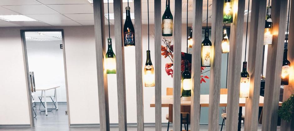 美麗的酒瓶燈影下認真工作的同事~等著您的加入呦 ٩( ᐛ )و