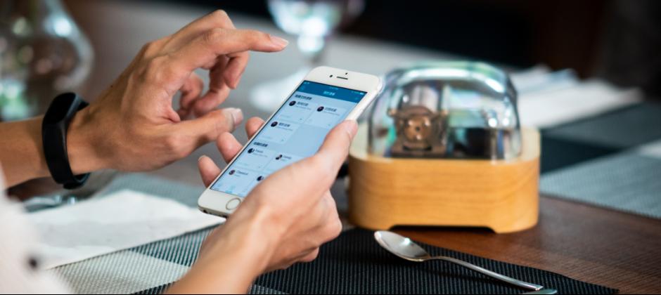 在求婚/約會/慶生時,您可以透過手機App點播專屬回憶讓智慧音樂盒Muro Box現場演奏專屬回憶音樂給另一半聆聽。