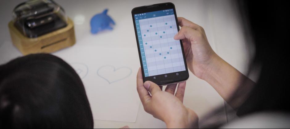您可以在手機自由點按圖案來編曲,創作專屬的音樂盒音樂後,立即用Wifi傳送到Muro Box現場敲擊演奏,Muro Box智慧音樂盒讓您輕鬆玩音樂學創作!