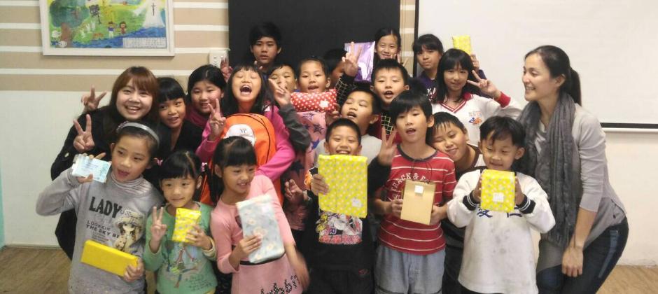 看著孩子們開心收到物資禮物的笑容,很開心能讓這份祝福分享出去