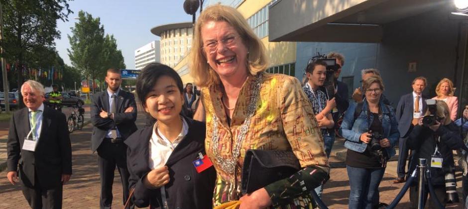慧景科技受到AIT美國在台協會推薦,代表台灣能源類別參加位於荷蘭的2019GES(Global Entrepreneur Summit),團隊成員小白跟海牙市長合照,