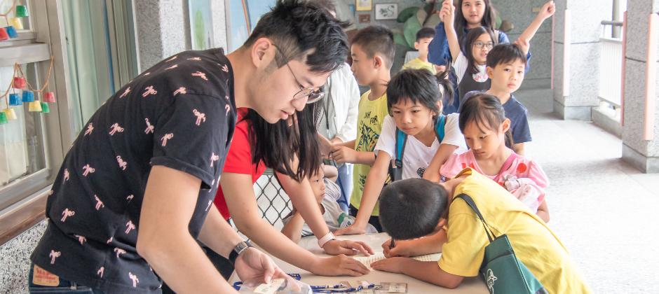 學員報到中,每月固定到南投縣偏鄉國小帶領可愛的原住民孩子們一起教導科技素養及無人機教育學習。