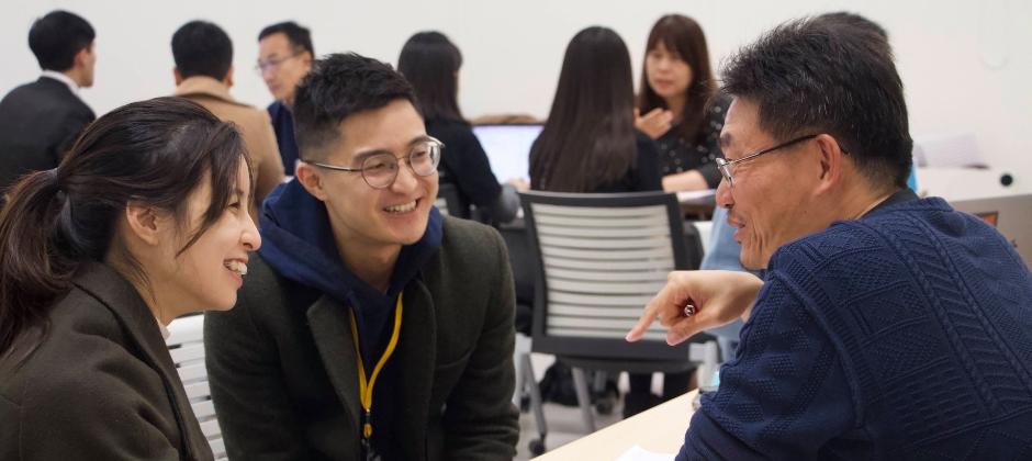 兩位創辦人接受「台大創新創業加速器」業師 指導。