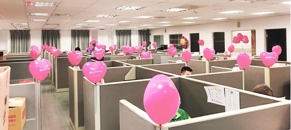 粉嫩的裝飾,中和了隔板的拘謹,雖不是開放辦公空間,但每一個人都能保有自己的小天地專心工作