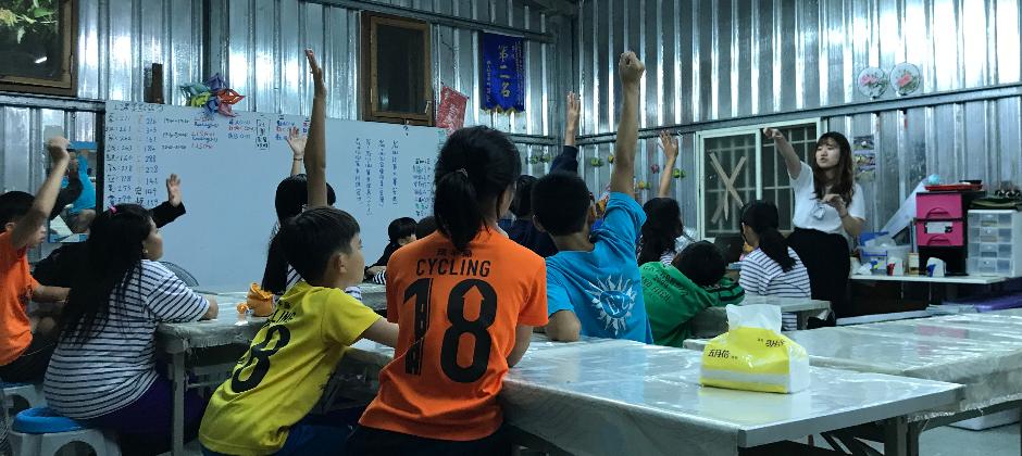 長期與弱勢課輔機構合作,從孩子的角度出發,設計教材。
