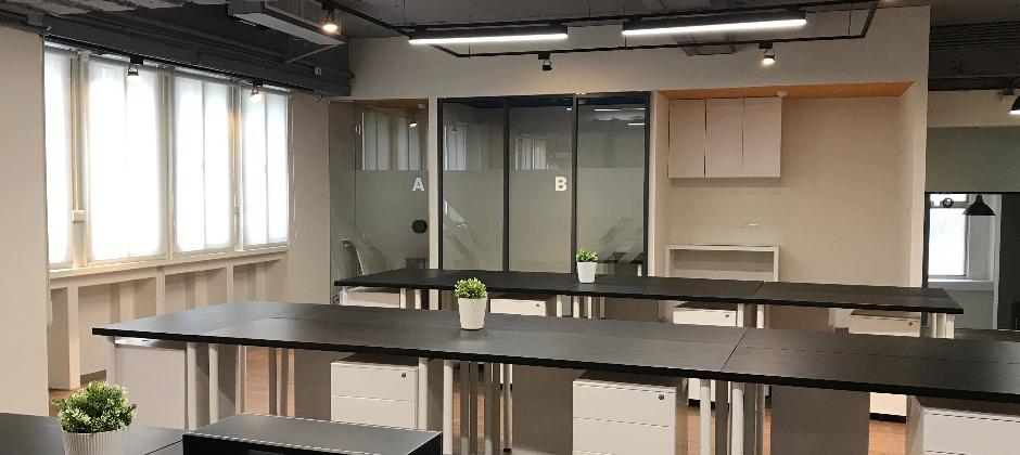 均一的核心價值觀之一是「Be honest and transparent 誠實透明」,體現在辦公區域的規劃,開放式的座位設計,讓夥伴們容易溝通協作,此外也提供高腳桌區、安靜工作區、會議室、沙發區等等其他選擇,滿足夥伴們不同的工作需求。