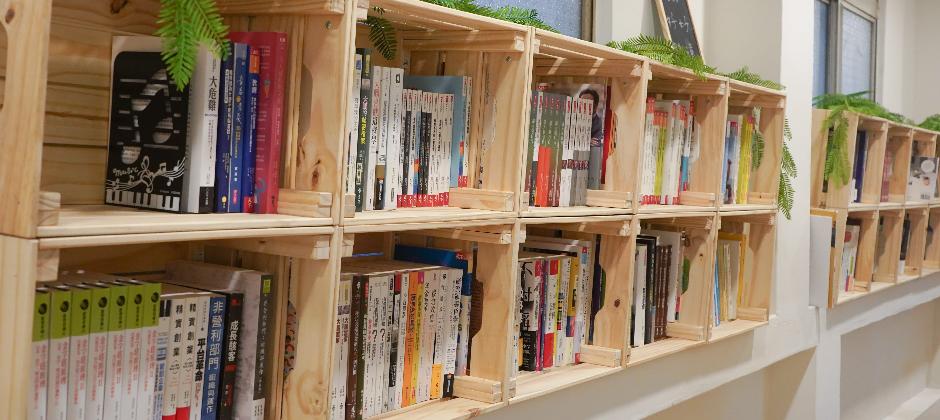 均一倡導終身學習與自主學習,也非常重視夥伴們的學習與成長,我們提供方豐富的閱讀與學習資源,並開放夥伴們許願購書,照片中的藏書還只是均一藏書的冰山一角呢!