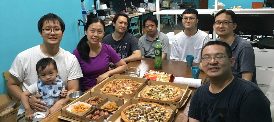 Muro Box團隊在美國群募期間忙完後,在三重辦公室內吃披薩一起慶祝我們達到嶄新的里程碑,正式開始接受來自全球的訂單。