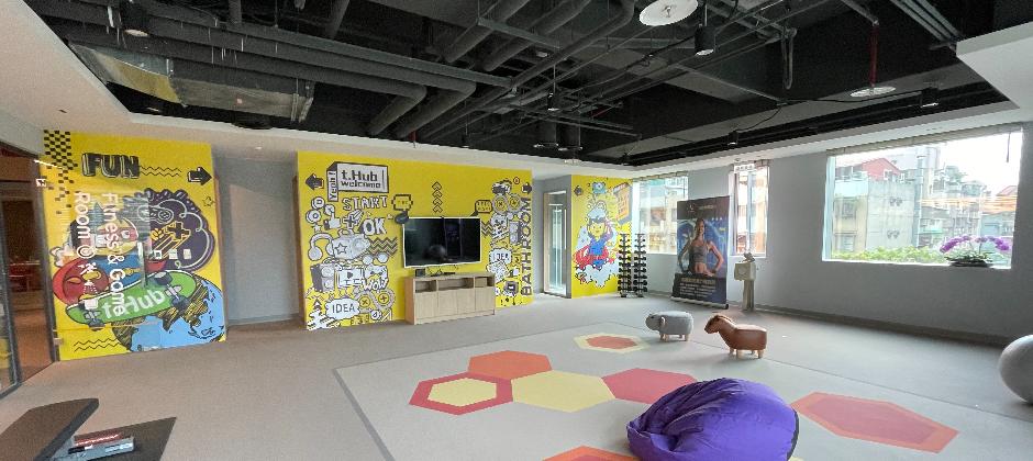 t.Hub-台北內科創新育成基地,共創空間突破傳統辦公室框架,架設新世代工作型態,將共創空間打造成介於辦公室與家之間的多樣化工作場域,與各領域的新創人才建立連結,激發新創意。